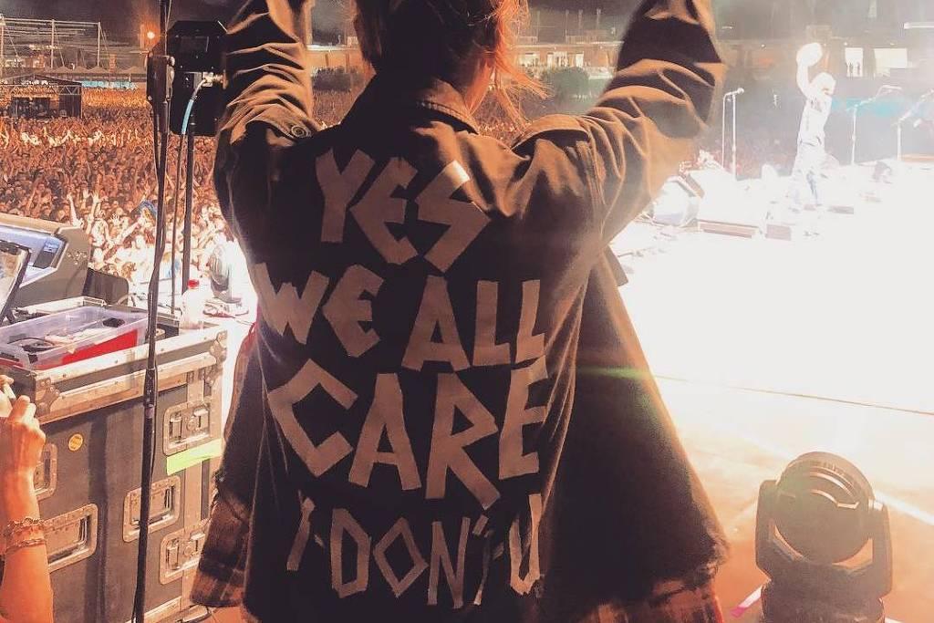Jaqueta de Jill, esposa de Eddie Vedder, exibida em show em Milão - Reprodução/Instagram