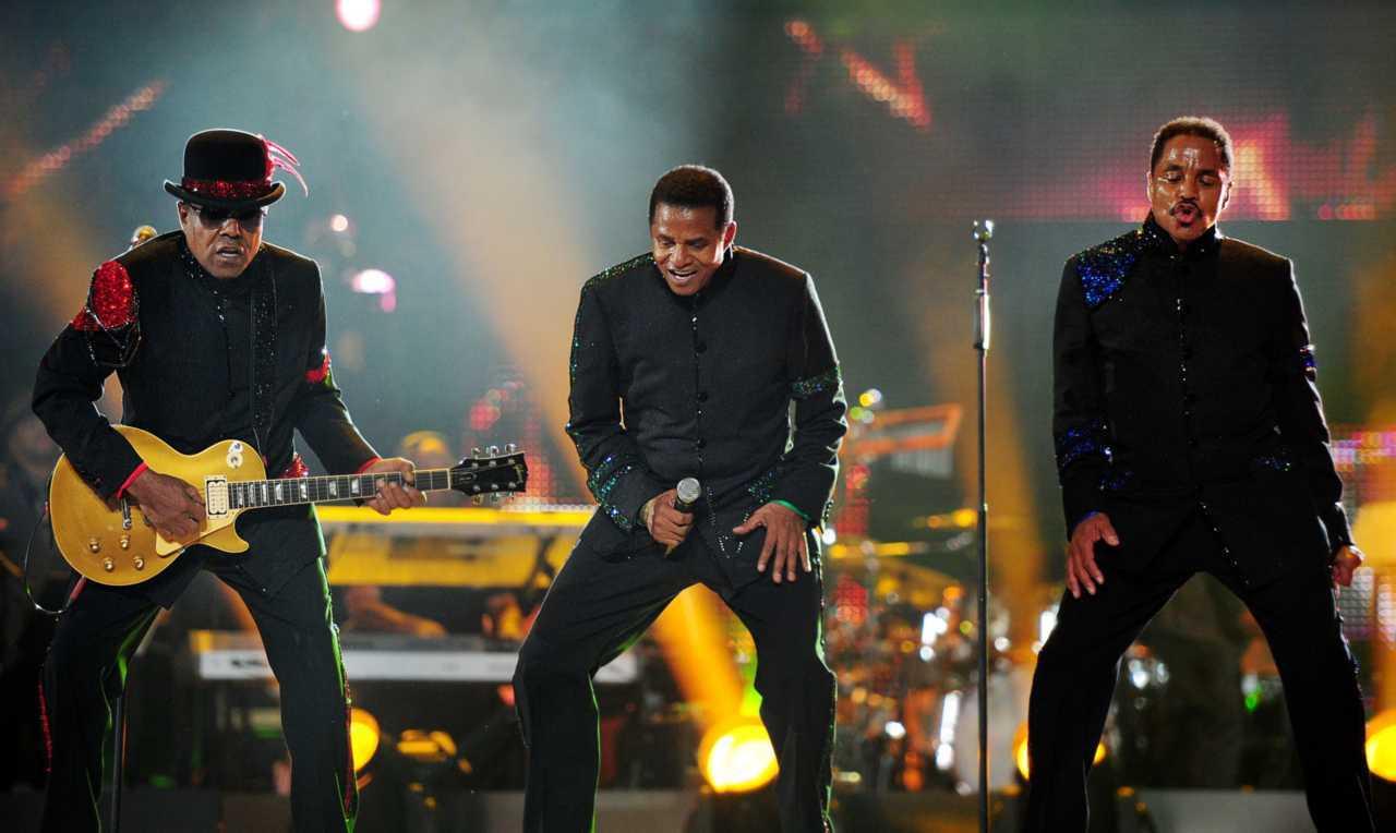 Tito (esq.) Jackie (centro) e Marlon Jackson em show em homenagem a Michael Jackson no País de Galers (Leon Neal/AFP)