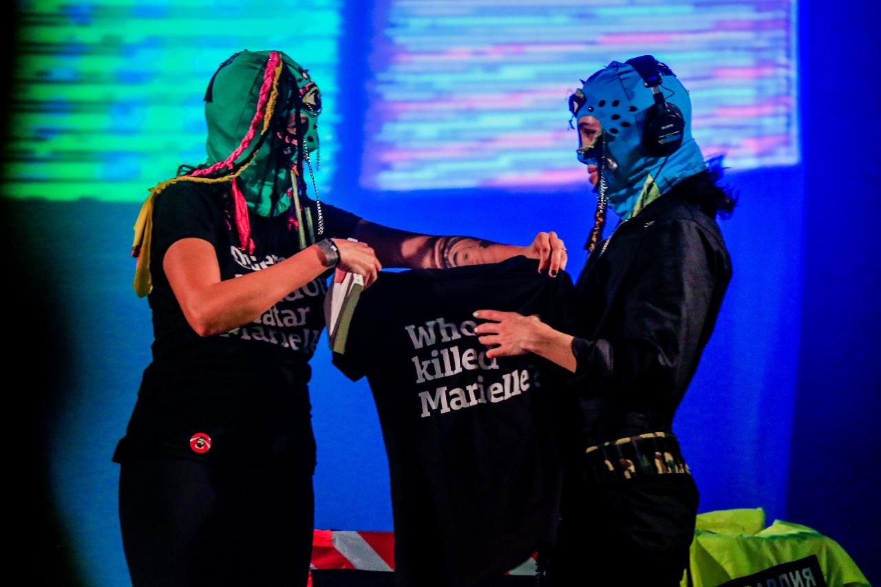 'Quem matou Marielle?': Mônica Benício (esq.) entrega camiseta a Nadya Tolokonnikova, do Pussy Riot (Pei Fon/ Divulgação)