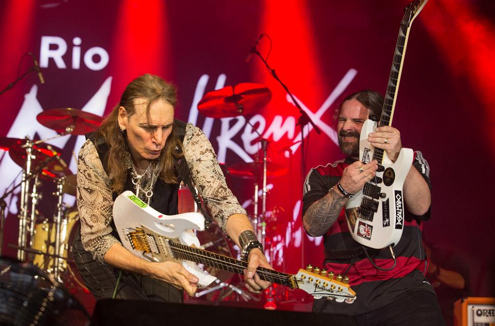 Steve Vai (esq.) e Andreas Kisser no palco do Rio Montreux Festival (Marcos Hermes/Divulgação)