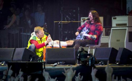 Dave Grohl após quebrar a perna em Gotemburgo, na Suécia, em 2015, com o médico Johan (Reprodução)
