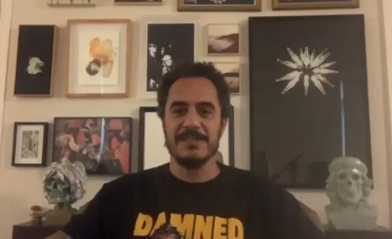 Rapper Marcelo D2 em sua casa (Reprodução)