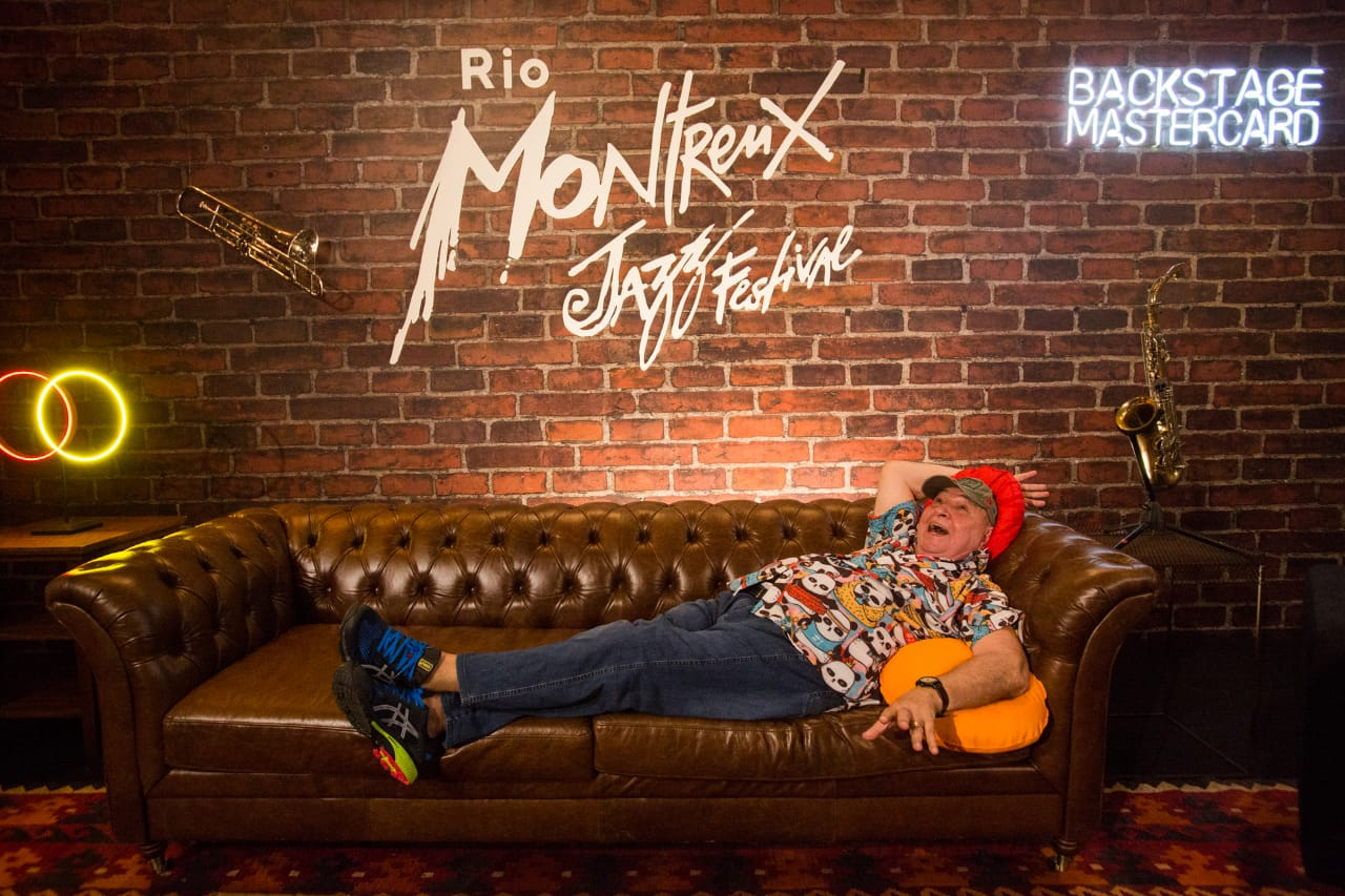 João Donato posa para foto no backstage do Rio Montreux Jazz Festival (Divulgação)