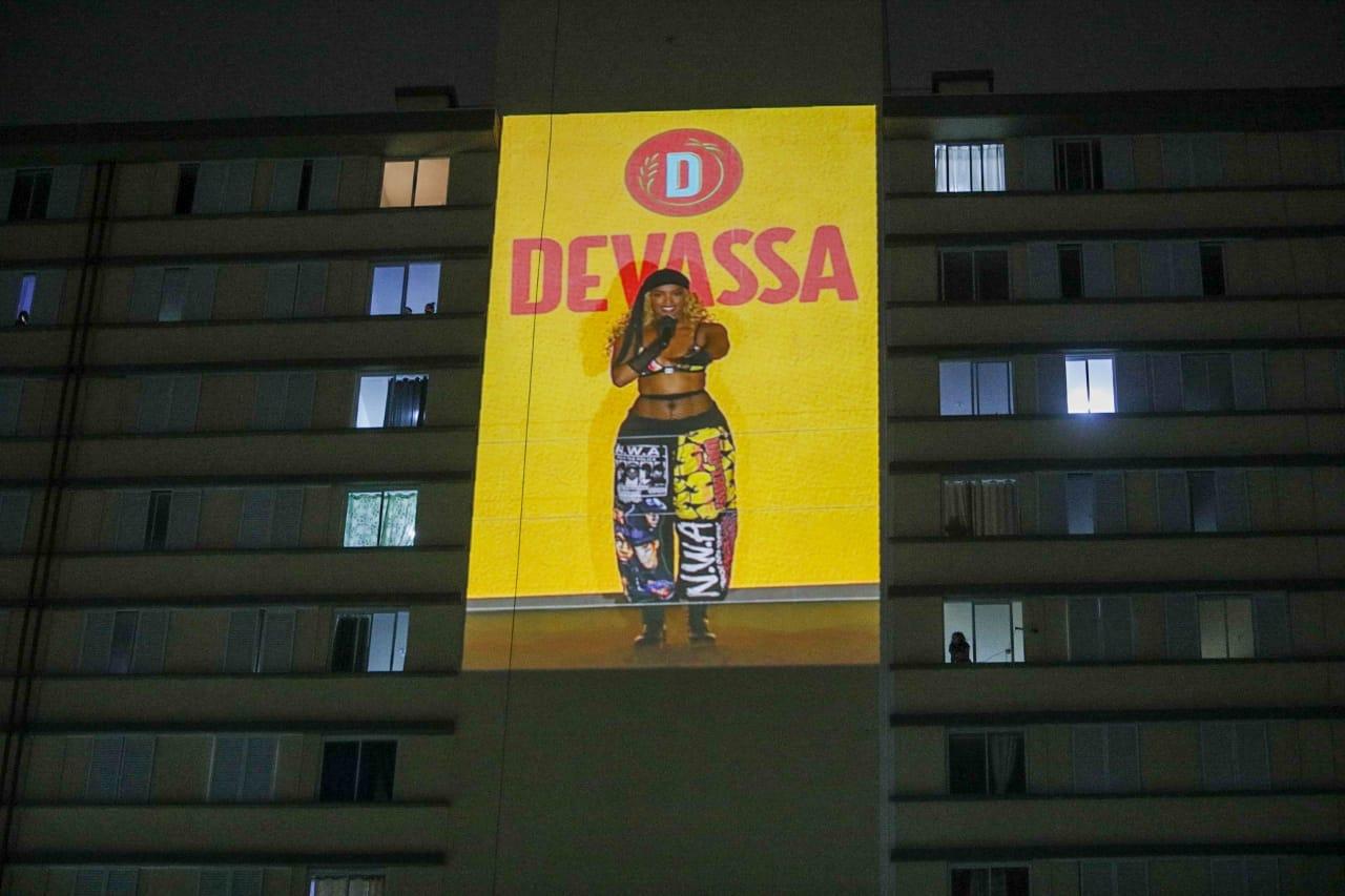 Projeção da live de Iza em prédio na região da favela Paraisópolis, na zona sul de São Paulo (Fábio H. Mendes - 3.jun.2021/Divulgaçao)